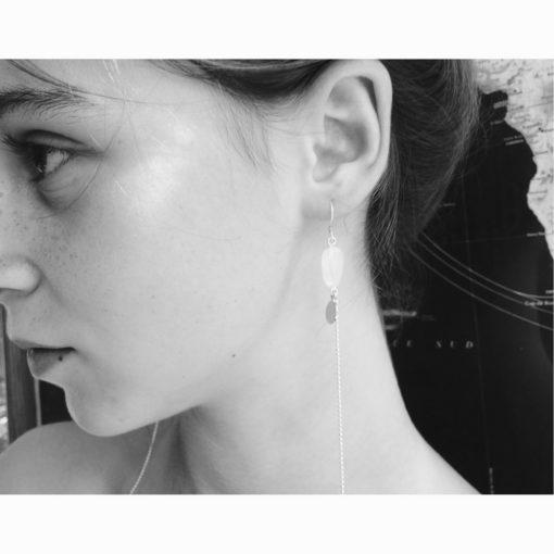 Bijou de cou Galet ondulé Cristal de Bohême Blanc opale et son Fil d'argent diamanté