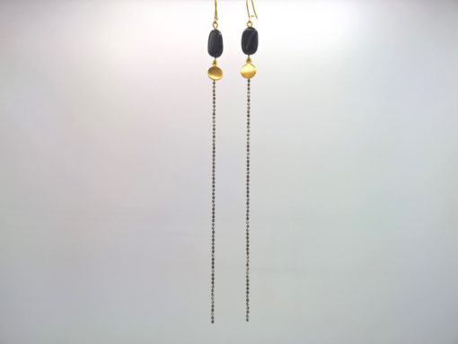Bijou de cou Galet ondulé Cristal de Bohême Noir sur son Fil d'Or laiton émaillé Chiné Noir et blanc