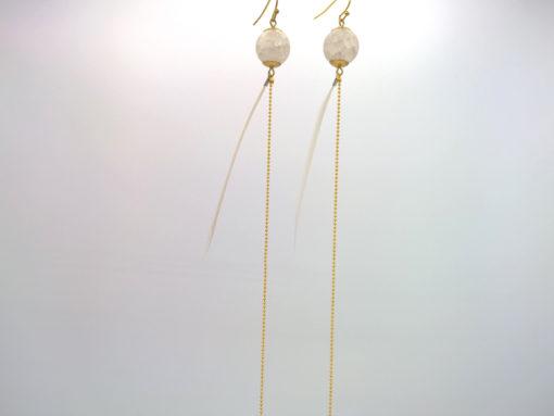Bijou de cou Plume blanche et Cristal de Roche dépoli + Fil Or laiton diamanté
