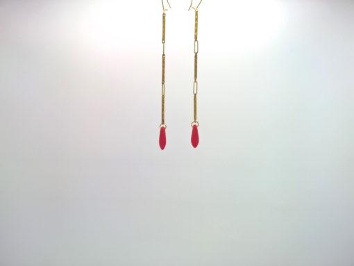 Boucle d'oreille pendants fleche de cupidon cristal de boheme rouge corail et fil d'or laiton