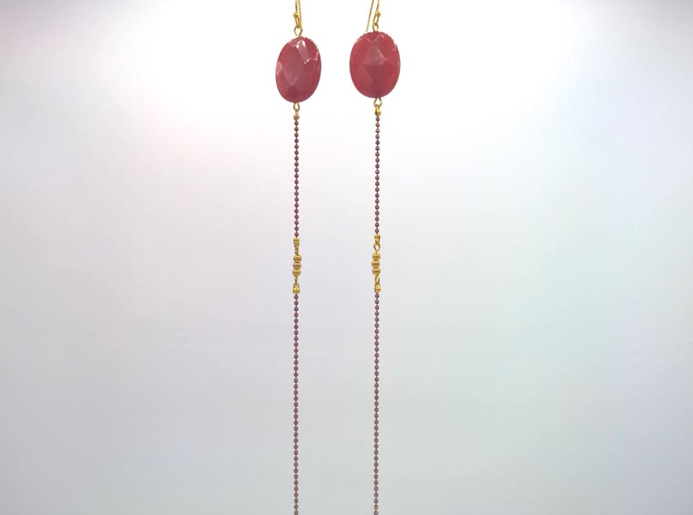 Longues boucles d'oreilles Équilibre de jade facetté rouge baiser sur fil de laiton émaillé ton sur ton