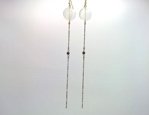 Longues boucles d'oreilles Équilibre Œil de chat blanc opale rond et pierre de lave noire + Fil d'Or laiton émaillé Chiné Noir et blanc