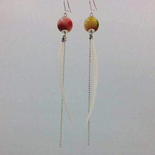 Longues boucles d'oreilles Plume tie and dye rose jaune vert et blanc monté sur métal