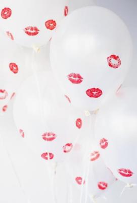 saint valentin offrez des baisers et de longues boucles d'oreilles
