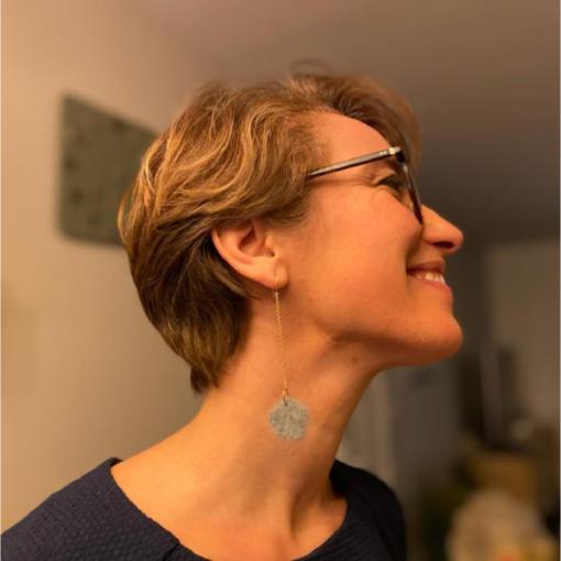 boucles d'oreilles longues fleur d'angora grise